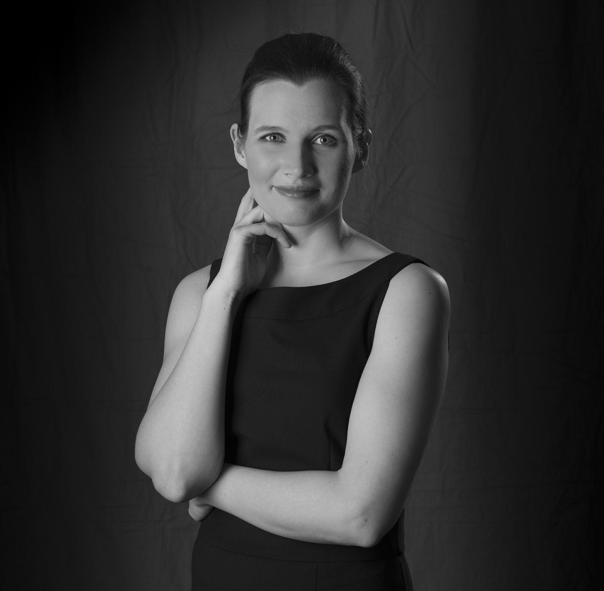 Eva-Marie Ferraro geb. Pausch schwarz-weiß Portrait aufgestützter Arm