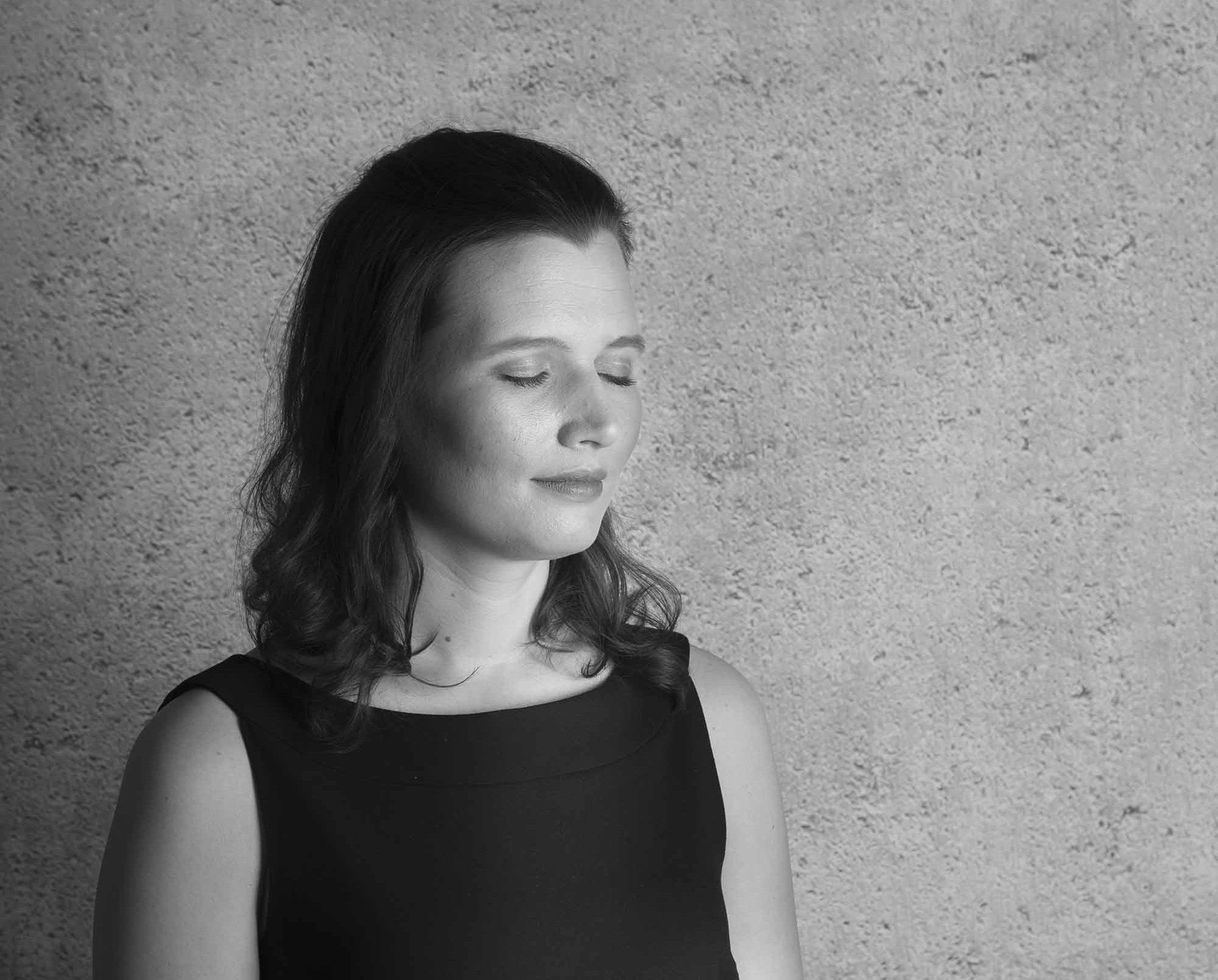 Eva-Marie Ferraro geb. Pausch schwarz-weiß Augen geschlossen